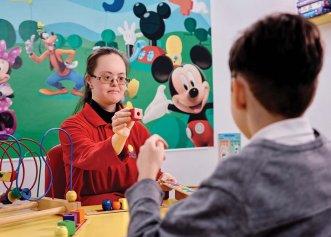 """Povestea tinerei cu sindrom Down, care a devenit terapeut pentru copiii cu autism. """"Îmi place ceea ce fac, îi ajut pe copilașii cu autism să verbalizeze"""""""