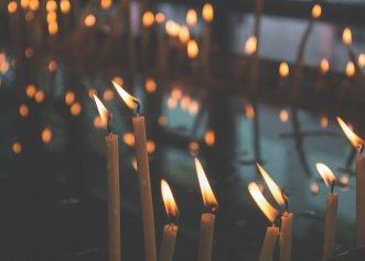 """Ritualul celor 33 de lumânări aprinse. Preot român: """"Cei care îl practică se tămăduiesc de boli trupești și sufletești și li se împlinesc rugile"""""""