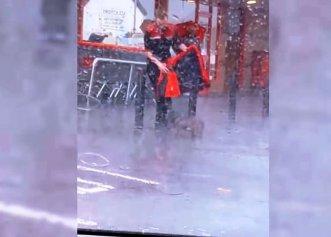 Gestul impresionant al unui tânăr pentru un cățel neajutorat! Cum îl protejează de ploaia torențială