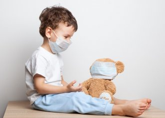 """Medic român, declarație incendiară. """"Deocamdată, ar trebui să evităm să ne pupăm copiii sau nepoții"""""""