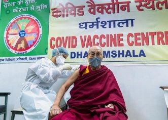 """Dalai Lama s-a vaccinat anti-covid. """"S-a oferit să vină la spital ca un om obișnuit"""". Care este mesajul liderului spiritual al Tibetului"""