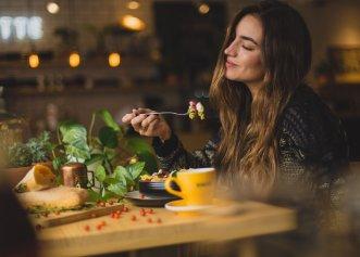 De ce ar trebui să te concentrezi pe sunetele pe care le faci atunci când mesteci şi înghiți? Organismul tău îți va mulțumi!