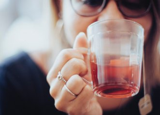 Ceaiul care curăță căile respiratorii, scade febra și previne formarea cheagurilor de sânge