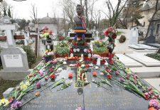 ÎNGHESUIALĂ la pomenirea de şapte ani a lui ION DOLĂNESCU. Fiul cel mare al regretatului cântăreţ a plâns continuu, iar curioşii AU CĂLCAT ÎN PICIOARE mormintele din jur