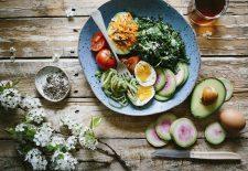 """Un NUTRITIONIST ROMAN spulbera toate miturile: """"E chiar bine să mănânci seara dacă vrei să slăbești."""" Iata care sunt ALIMENTELE RECOMANDATE!"""