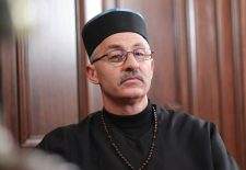 Cine este preotul care și-a făcut debutul în televiziune la 56 de ani!